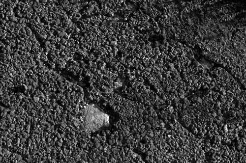 Sous le goudron la pierre.
